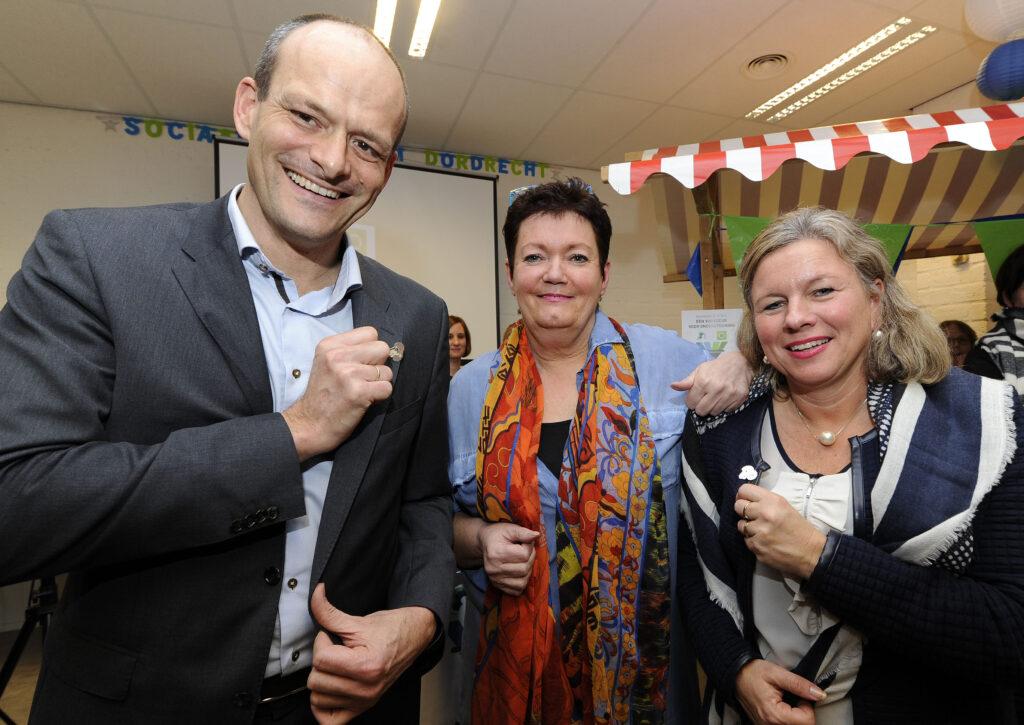 Wethouder Rik van der Linden en Karin Lambrechts ontvangen het schapenkoppen speldje